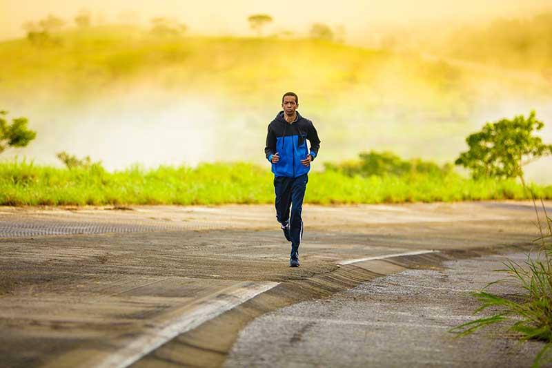 Homme en train de courir avec des vêtements en polyester