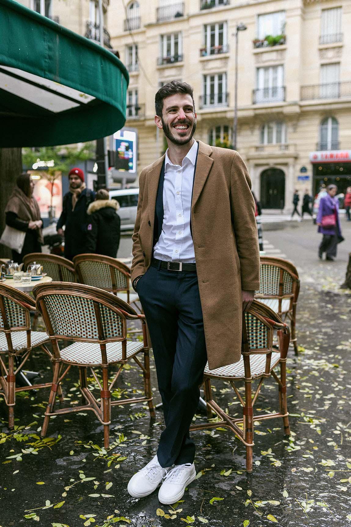 chemise blanche popeline coton bio avec costume bleu et manteau beige